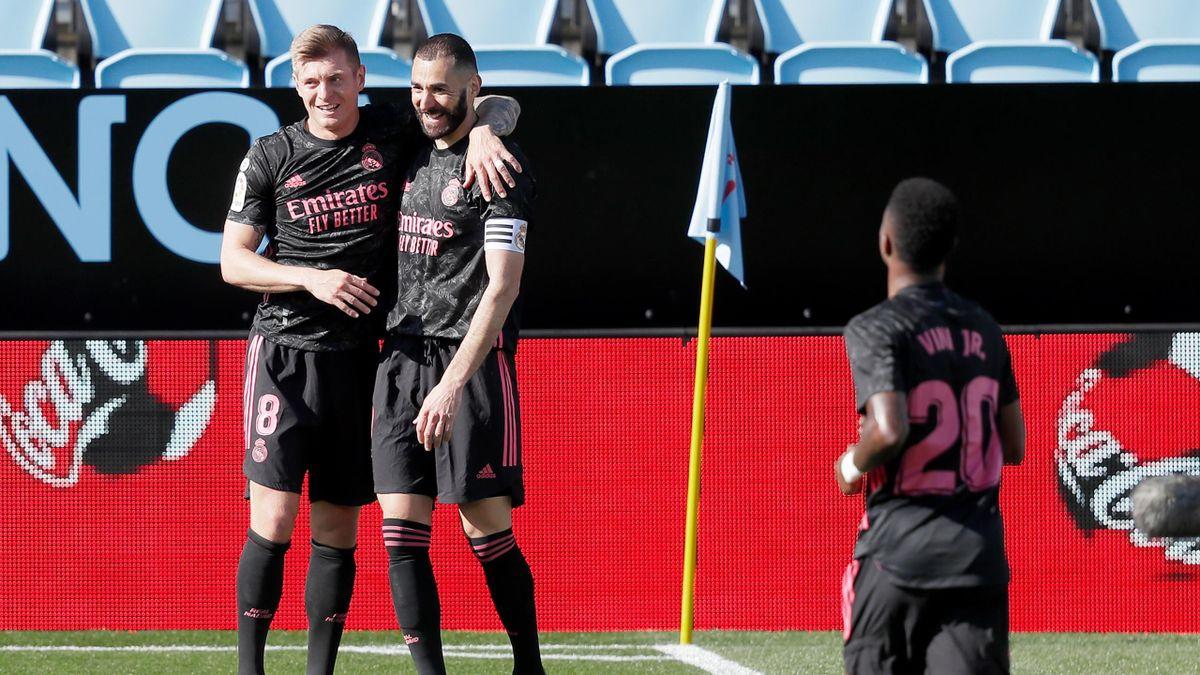 Toni Kroos (links) und Karim Benzema (beide Real Madrid) bejubeln den Sieg gegen Celta Vigo