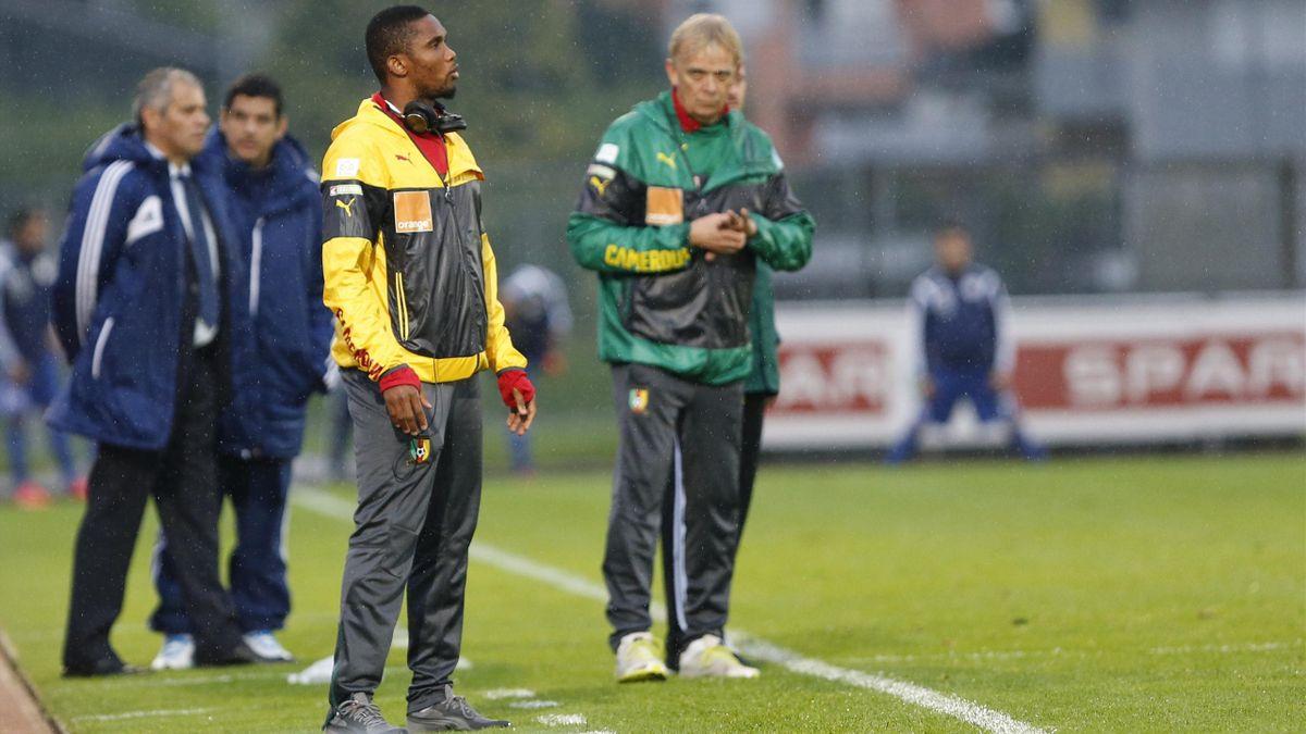L'attaquant-star du Cameroun Samuel Eto'o au côté de son sélectionneur Volker Finke