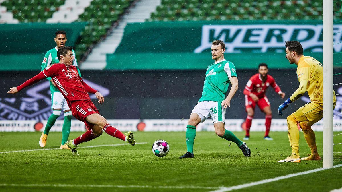 Robert Lewandowski (links; FC Bayern) erzielte gegen Werder Bremen sein 32. Saisontor