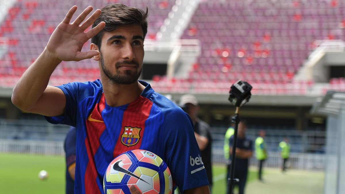 New Barcelona's Portuguesse forward Andre Gomes waves as he arrives