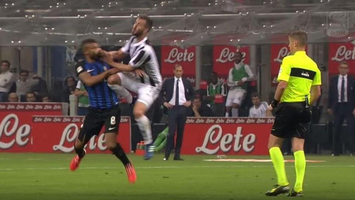 Il contatto Pjanic-Rafinha, sotto gli occhi di Orsato, che avrebbe dovuto portare all'espulsione del bosniaco, già ammonito - Inter-Juventus 2018