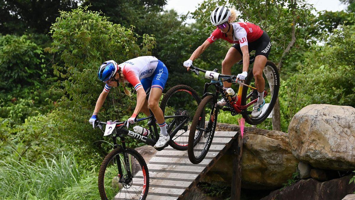 Jolanda Neff et Pauline Ferrand-Prevot au coude-à-coude à Tokyo lors des Jeux Olympiques 2020