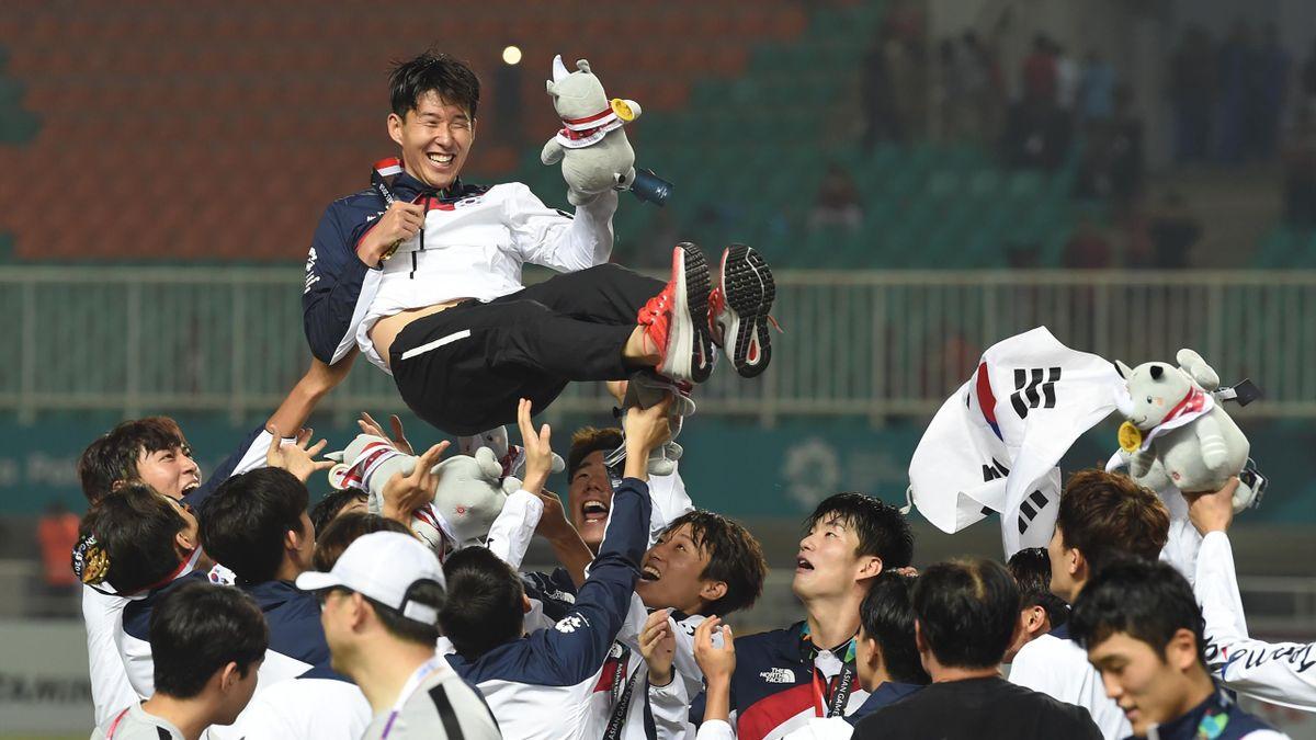Son porté en triomphe par les joueurs sud-Coréens