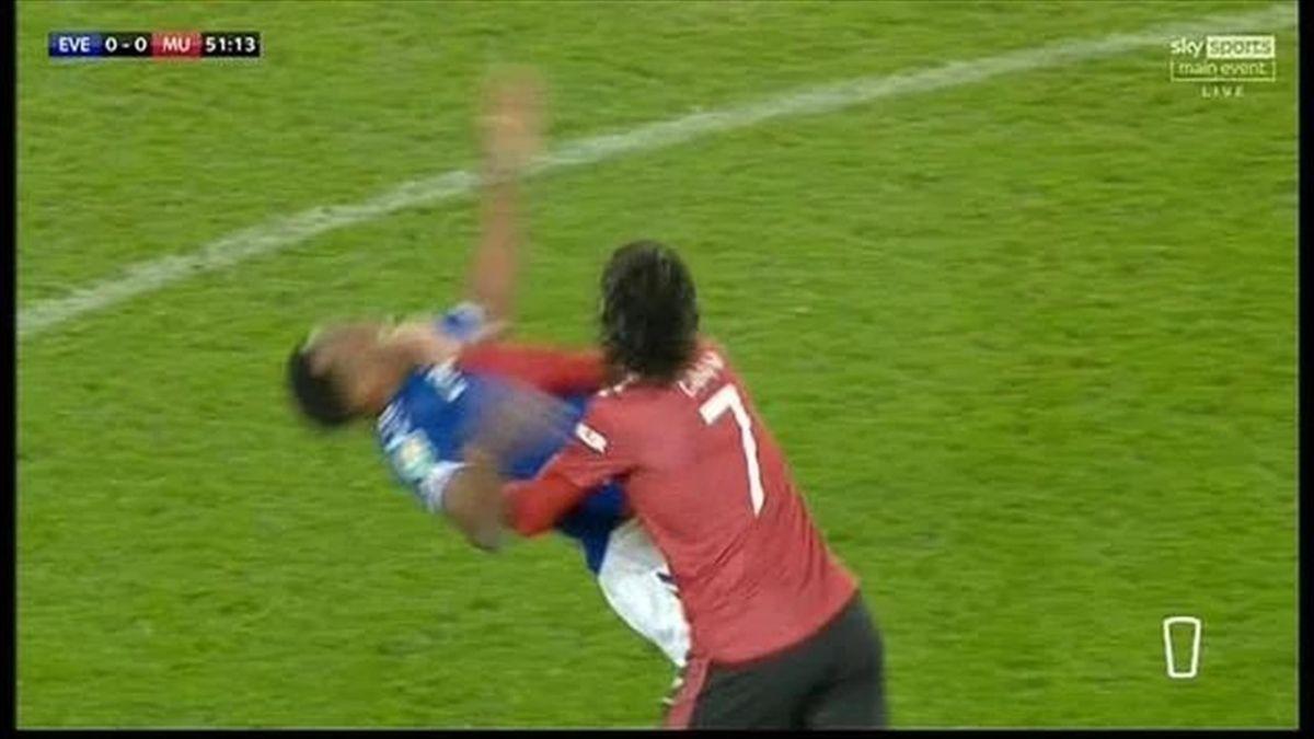 Cavani l-a strâns de gât pe Yerry Mina, în Everton - Manchester United 0-2