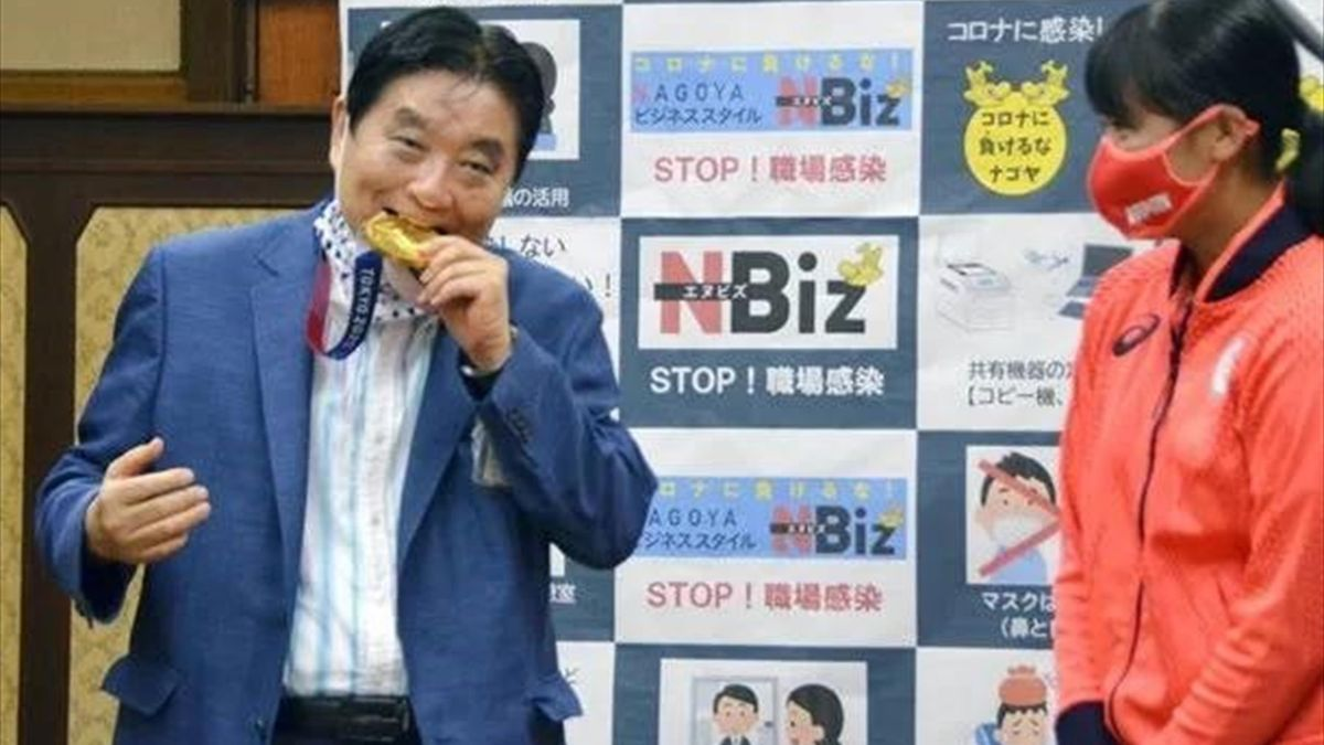 Мэр Нагои Такаси Кавамура укусил медаль