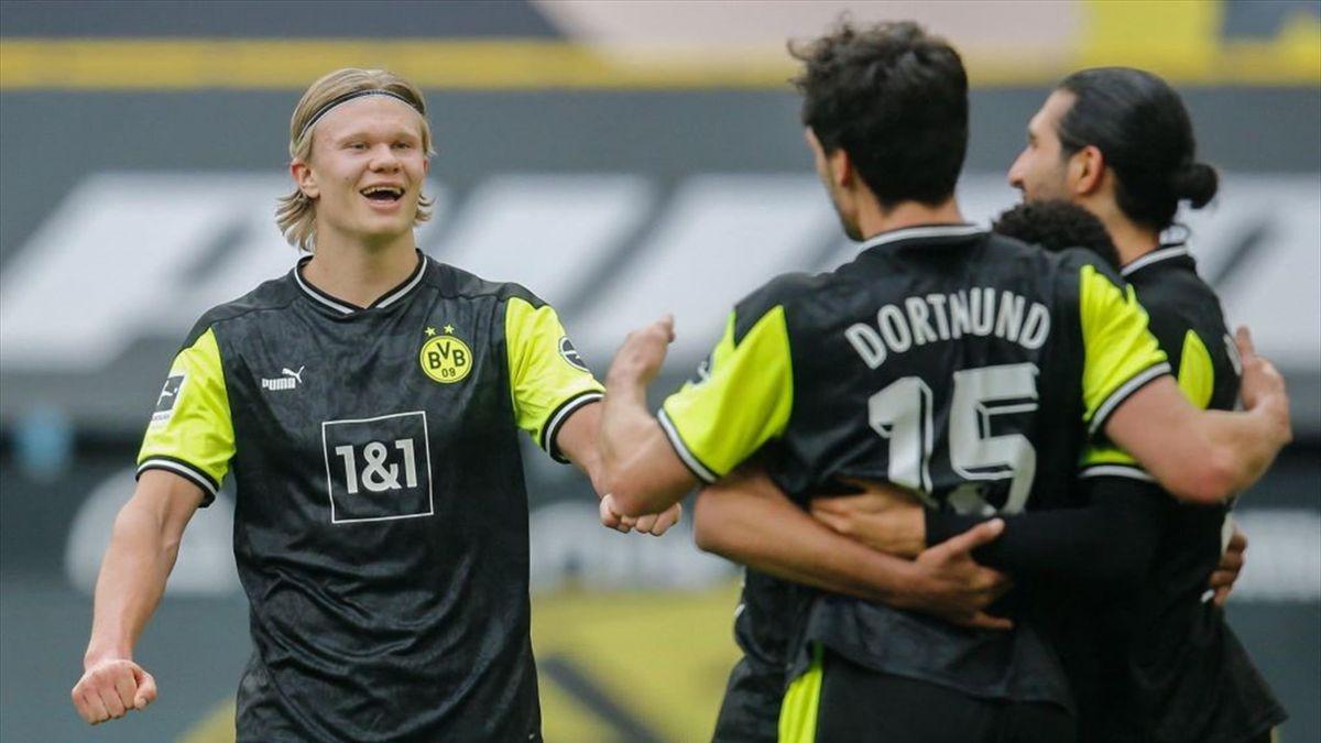 Erling Haaland freut sich mit seinen Teamkollegen über den 4:1-Erfolg über Werder Bremen