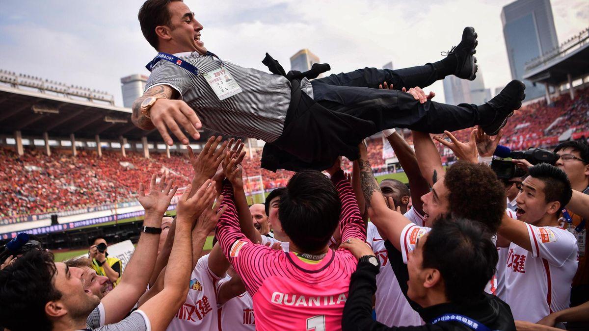 Fabio Cannavaro, portato in trionfo dal Tianjin Quanjian dopo la qualificazione al terzo posto del massimo campionato cinese e, conseguentemente, alla Champions League asiatica (Getty Images)