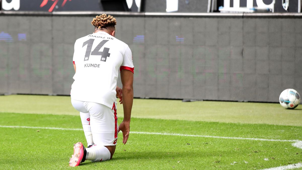 Mainz's Pierre Kunde kneels after scoring against Frankfurt.
