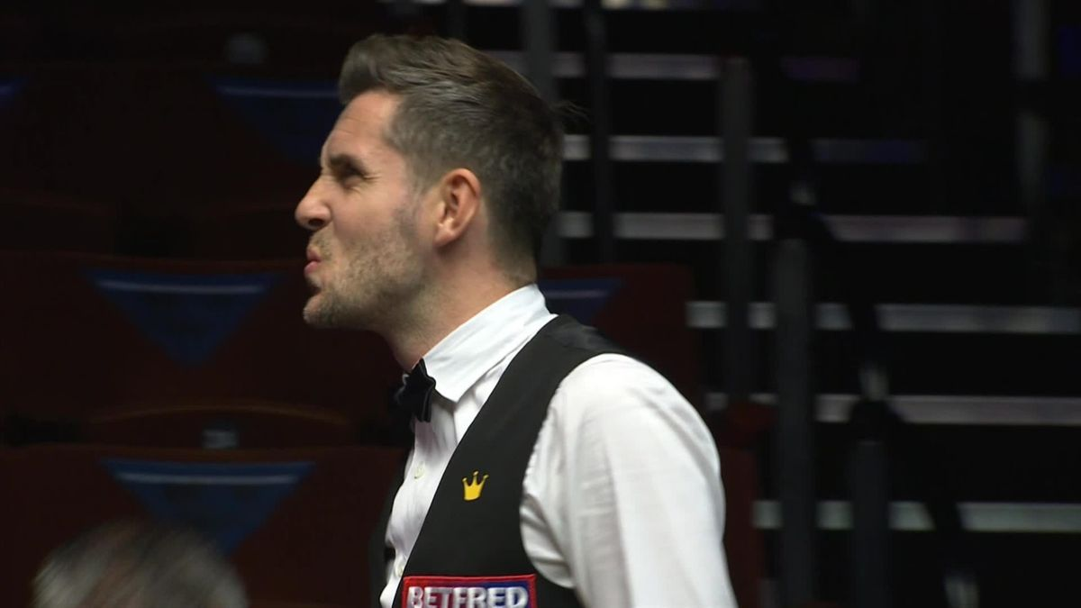 Mark Selby reacționează după o lovitură norocoasă, la Crucible
