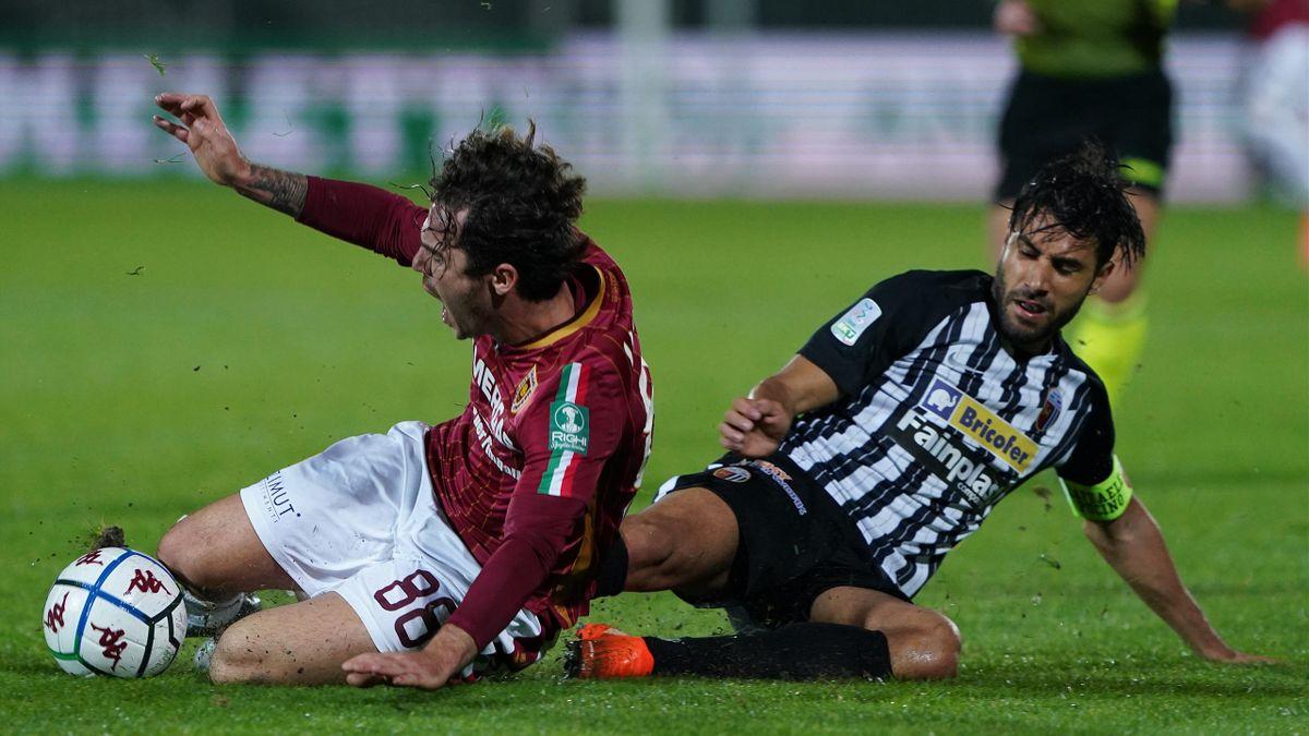Ascoli-Reggiana, Serie B 2020-2021: da sinistra, Davide Voltan (Reggiana) e Raffaele Pucino (Ascoli) (Getty Images)