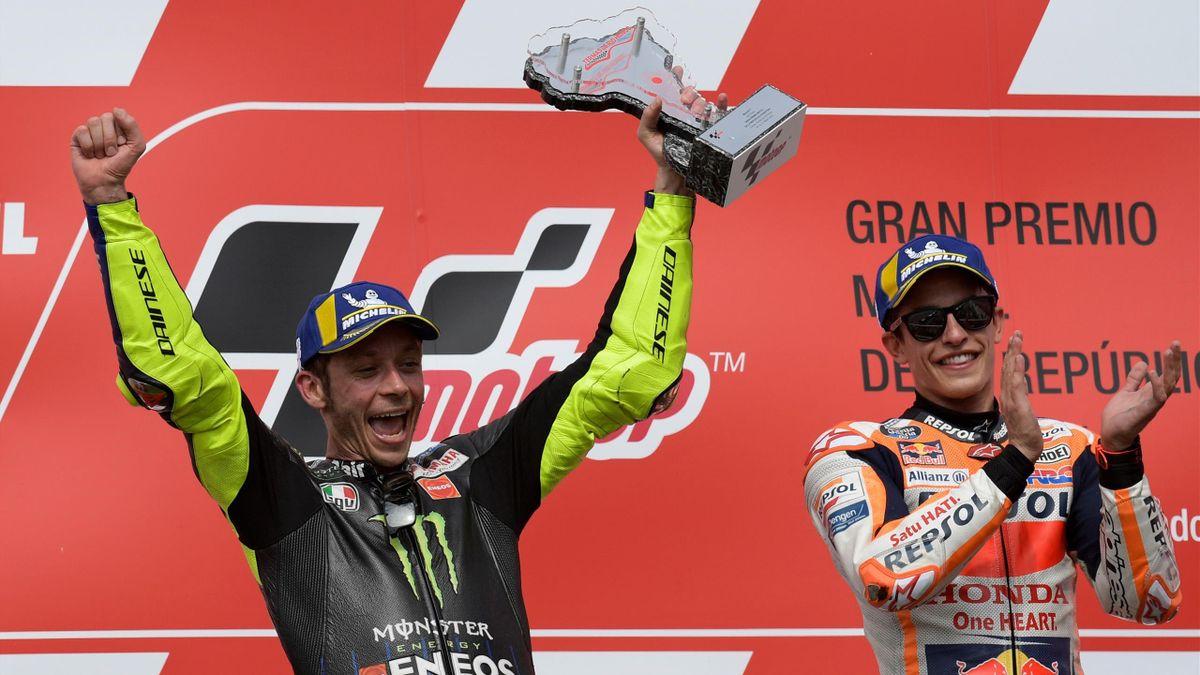Valentino Rossi festeggia sul podio di Termas de Rio Hondo applaudito Marc Marquez, Getty Images