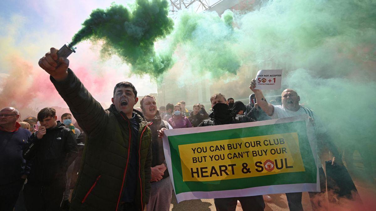A Manchester United tulajdonosai ellen tüntető szurkolók