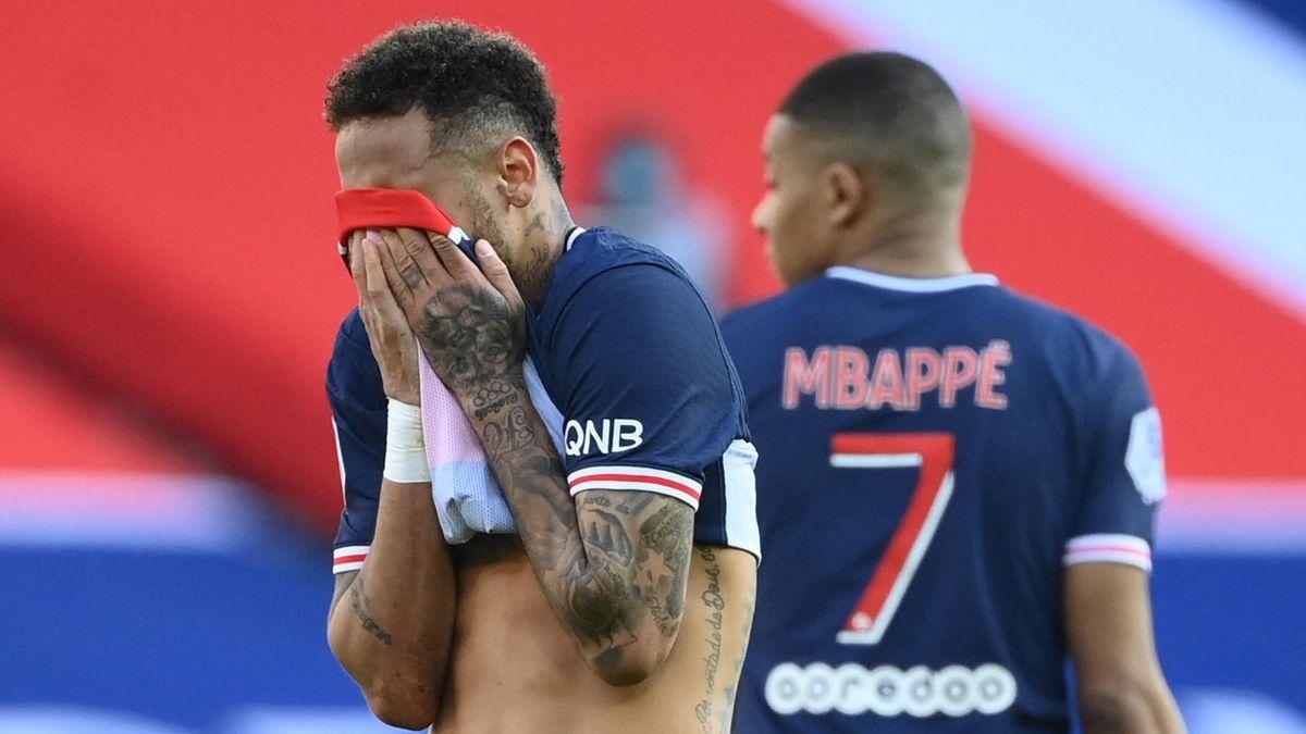 PSG-Superstar Neymar (links) flog bei der Niederlage gegen den OSC Lille vom Platz