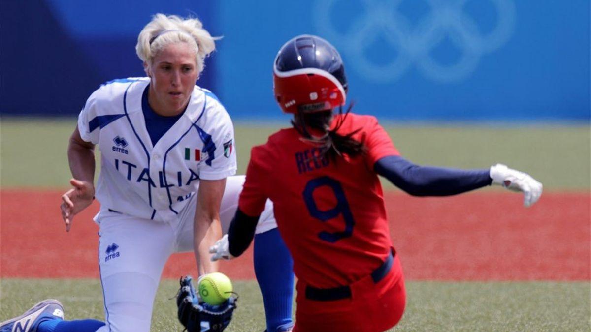 Amanda Fama durante il primo inning di Italia-Stati Uniti - Softball Tokyo 2020
