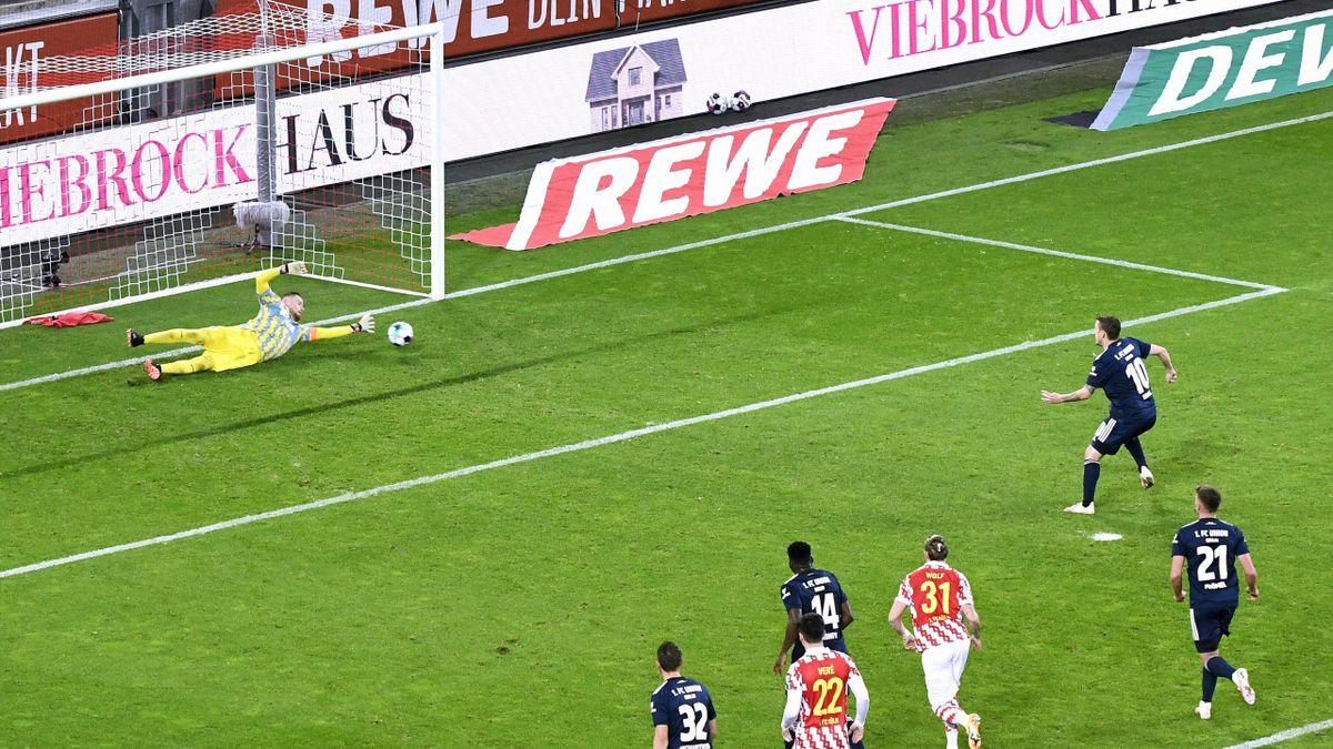 Kölns Keeper Timo Horn (links) hält den Strafstoß von Unions Max Kruse