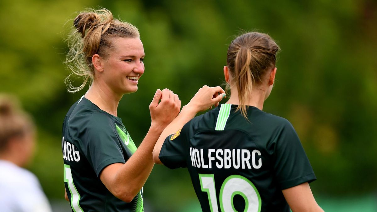 Alexandra Popp freut sich mit Mitspielerin Kristine Minde über den Einzug ins DFB-Pokalfinale