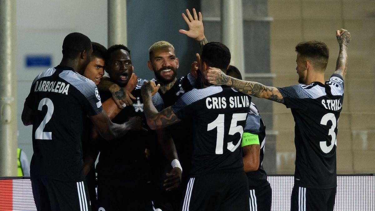 Los jugadores del Sheriff celebran el gol de Adama Traoré en la Champions League