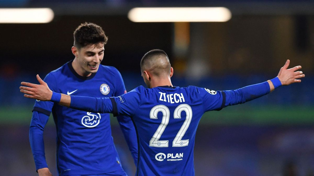 Chelsea's Moroccan midfielder Hakim Ziyech (R) celebrates with teammates after scoring his team's first goal during the UEFA Champions League round of 16 second leg football match between Chelsea and Atletico Madrid at Stamford Bridge in London on March 1