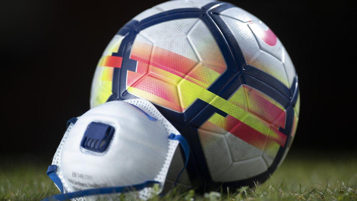 Un football et un masque (coronavirus)
