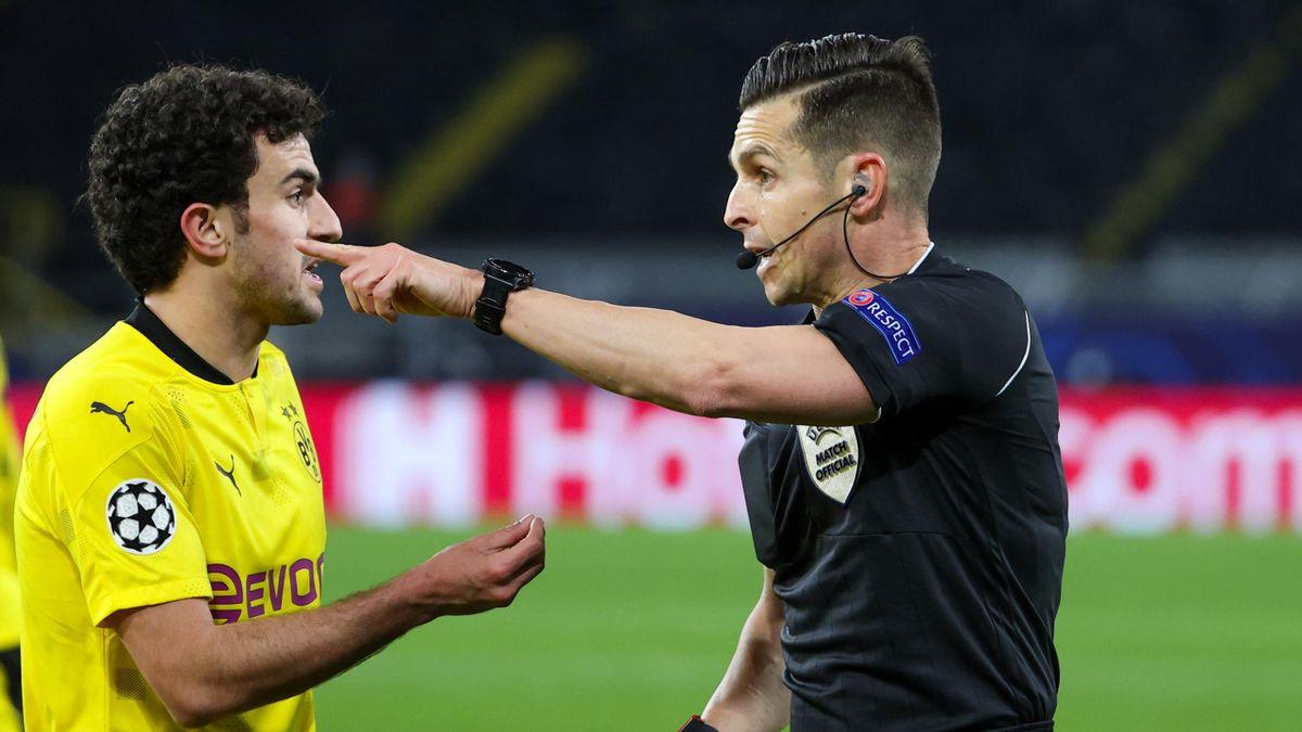 BVB-Spieler Mateu Morey (l.) im Gespräch mit Schiedsrichter Carlos Del Cerro Grande