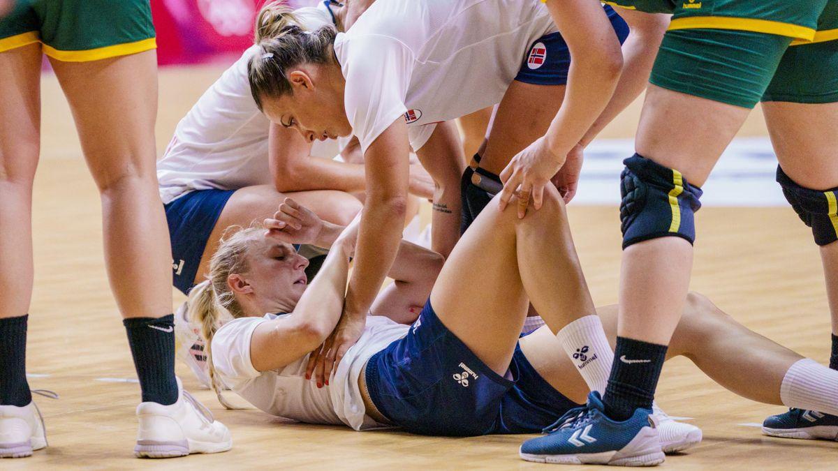 Henny Reistad får en skade i skulderen under kampen mot Montenegro.