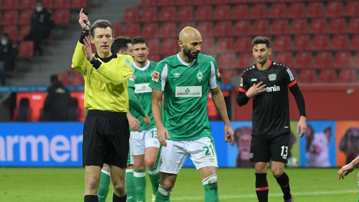 Schiedsrichter Benjamin Cortus (links) im Spiel Werder Bremen gegen Bayer Leverkusen