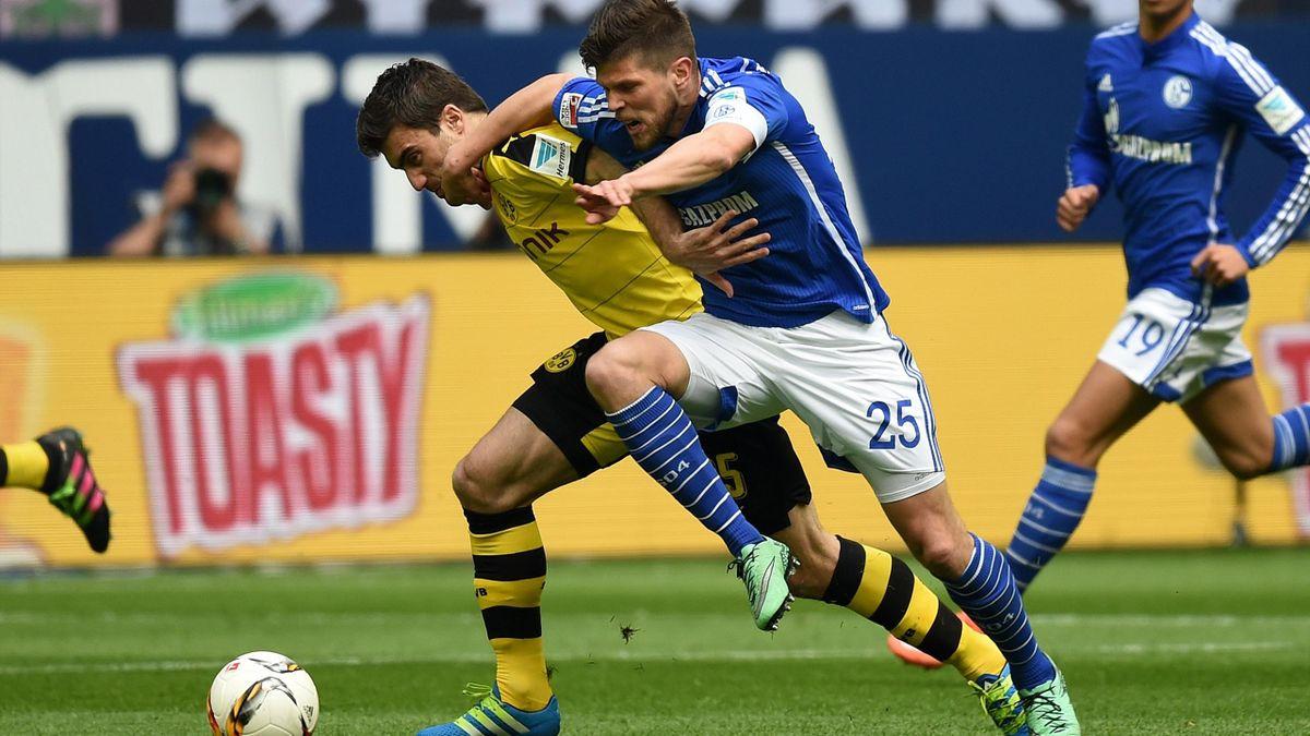 Sokratis (Borussia Dortmund) im Duell mit Klaas-Jan Huntellar (Schalke 04)