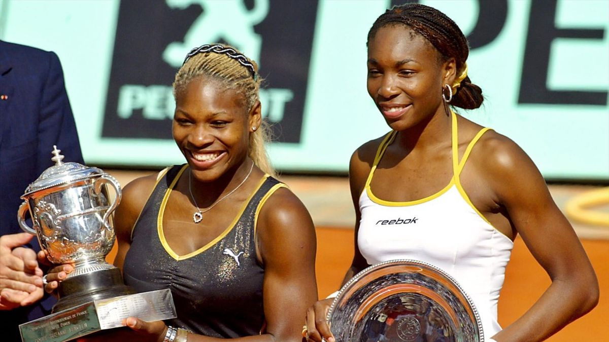 Serena en Venus Williams met trofeeën in de hand