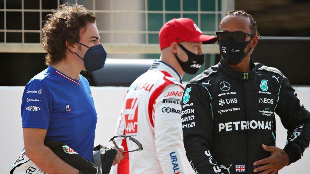 Fernando Alonso (l.) und Lewis Hamilton (r.). Im Hintergrund ist Haas-Pilot Nikita Mazepin
