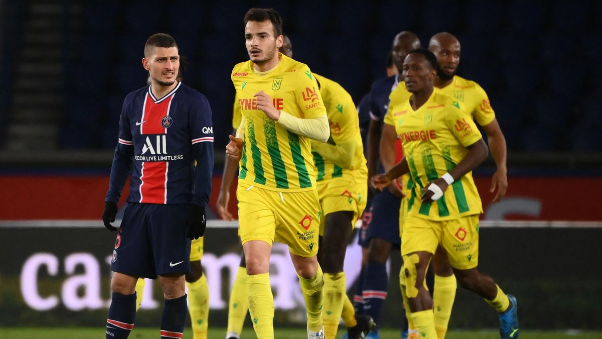 aris Saint-Germain's Italian midfielder Marco Verratti (L) reacts after Nantes scored a goal during the French L1 football match between PSG and Nantes