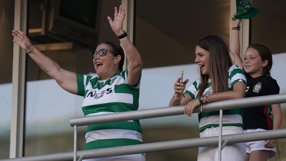 Dolores Aveiro, mamma di Cristiano Ronaldo, con la maglia dello Sporting Lisbona