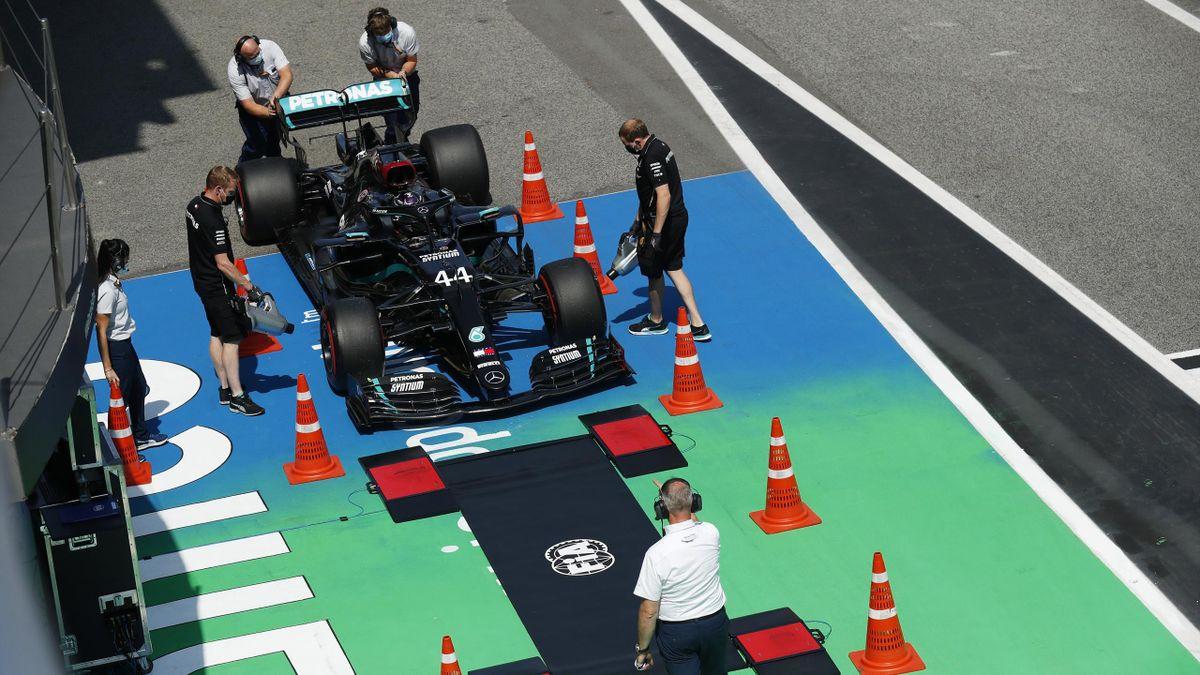 La monoplace de Lewis Hamilton (Mercedes) inspectée après la qualification du Grand Prix d'Espagne 2020
