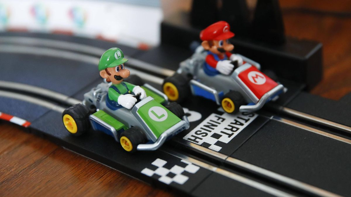 Luigi et Mario (Mario Kart) sur un circuit pour enfants