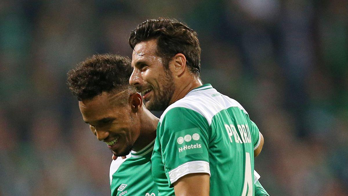 Claudio Pizarro mit Theodor Gebre-Selassie (Werder Bremen)