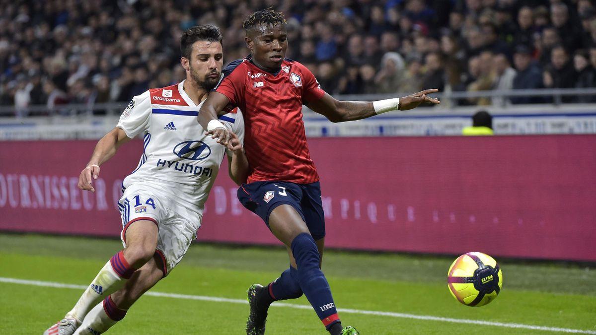 Léo Dubois au duel avec Youssouf Koné lors de Lyon-Lille / Ligue 1