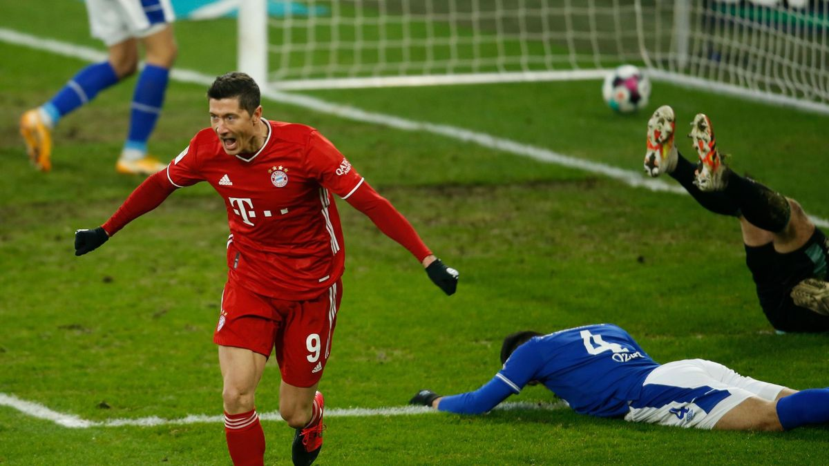 Robert Lewandowski jubelt über sein 23. Saisontor - FC Schalke 04 vs. FC Bayern München