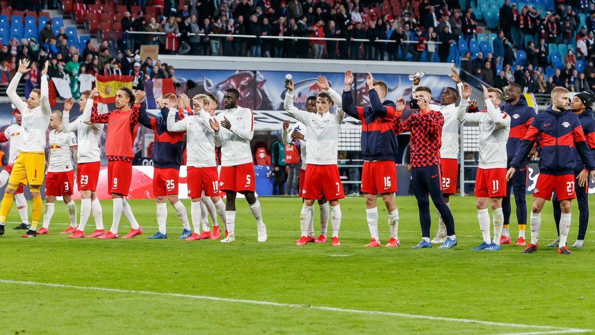 Die Spieler von RB Leipzig feiern mit den Fans