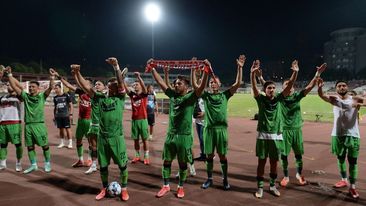 Jucătorii lui Dinamo, celebrând alături de fani victoria cu FC Voluntari