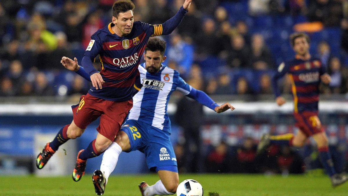 Lionel Messi (FC Barcelona) și Alvaro Gonzalez (Espanyol), în 2016