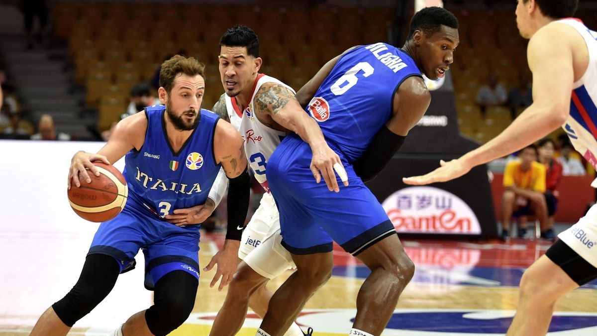 Italy's Marco Belinelli (L) dribbles the ball next to Puerto Rico's David Huertas during the Basketball World Cup Group J second round game between Puerto Rico and Italy in Wuhan on September 8, 2019.
