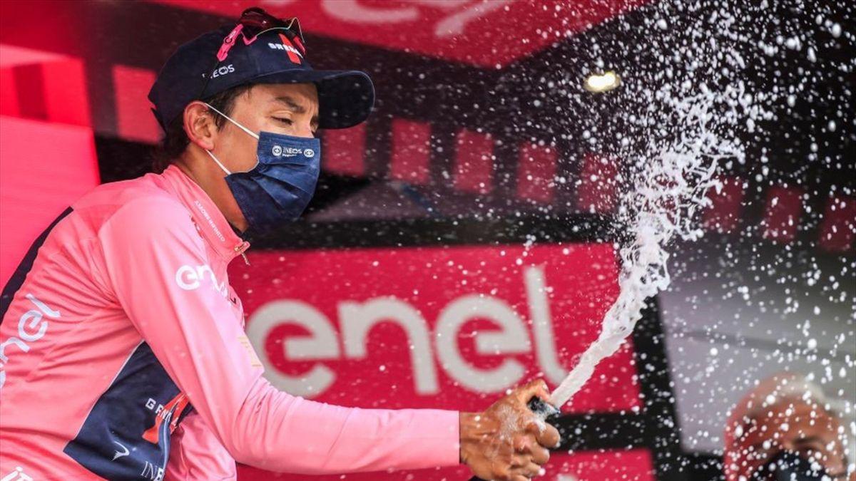Egan Bernaul sul podio di Alpe Motta con la maglia rosa - Giro d'Italia 2021
