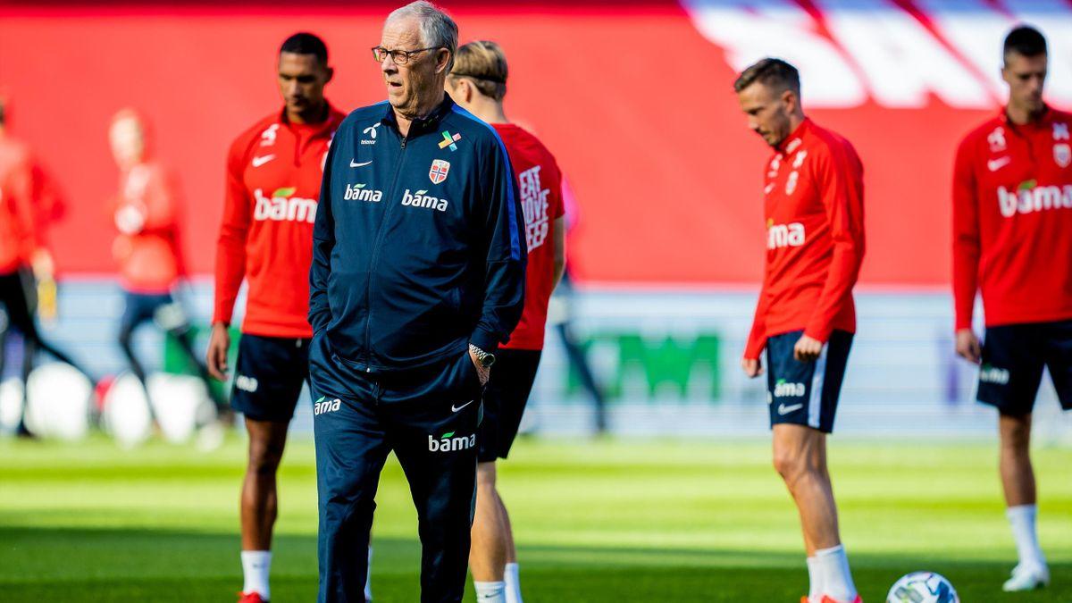 Landslagssjef Lars Lagerbäck under fotballandslagets trening på Ullevaal stadion i Oslo.