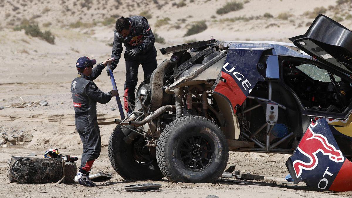 Sébastien Loeb et Daniel Elena réparent leur Peugeot accidenté - Dakar 2016