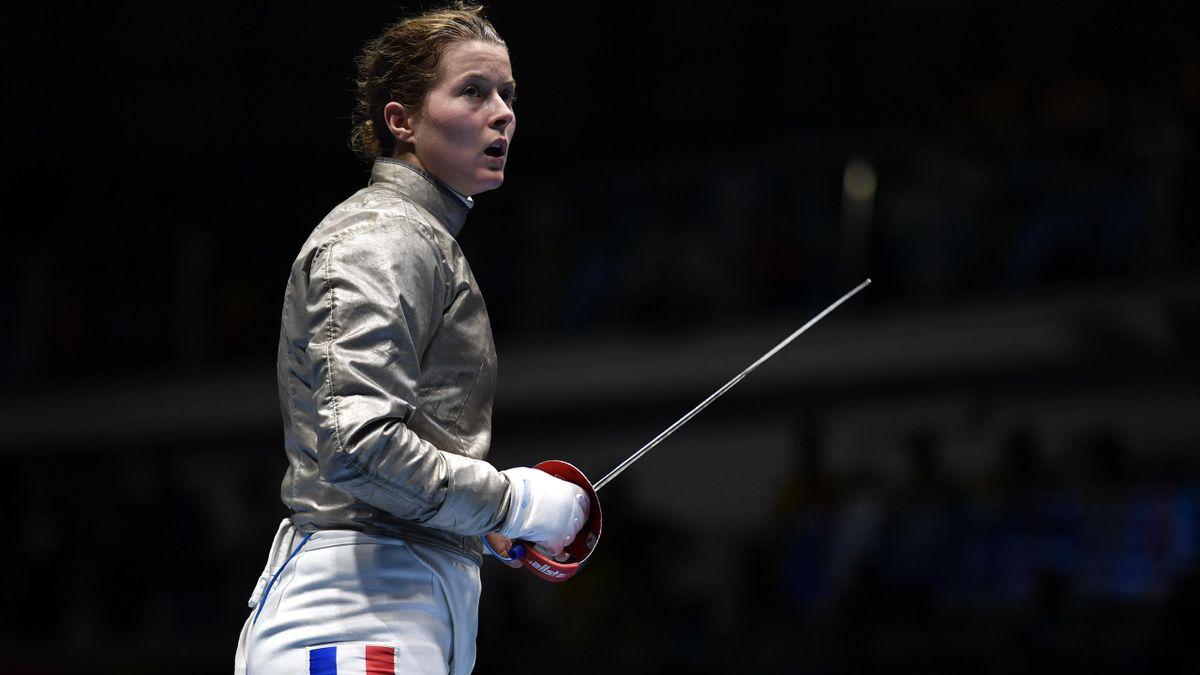 Cécilia Berder savoure sa victoire en huitième de finale face à l'Américaine Ibtihaj Muhammad lors de l'épreuve du sabre aux Jeux de Rio 2016