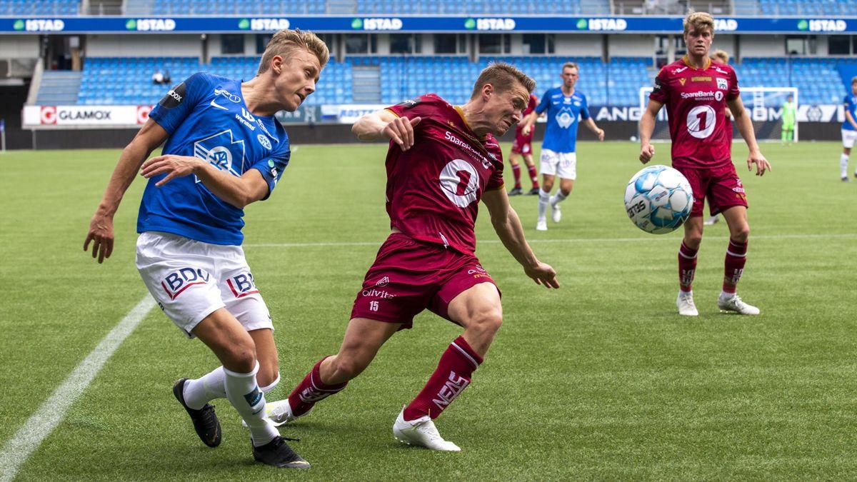 Molde-spiller Tobias Hestad under en treningskamp mot Kristiansund i 2019. KBKs Erlend Sivertsen prøver å hindre innlegg.