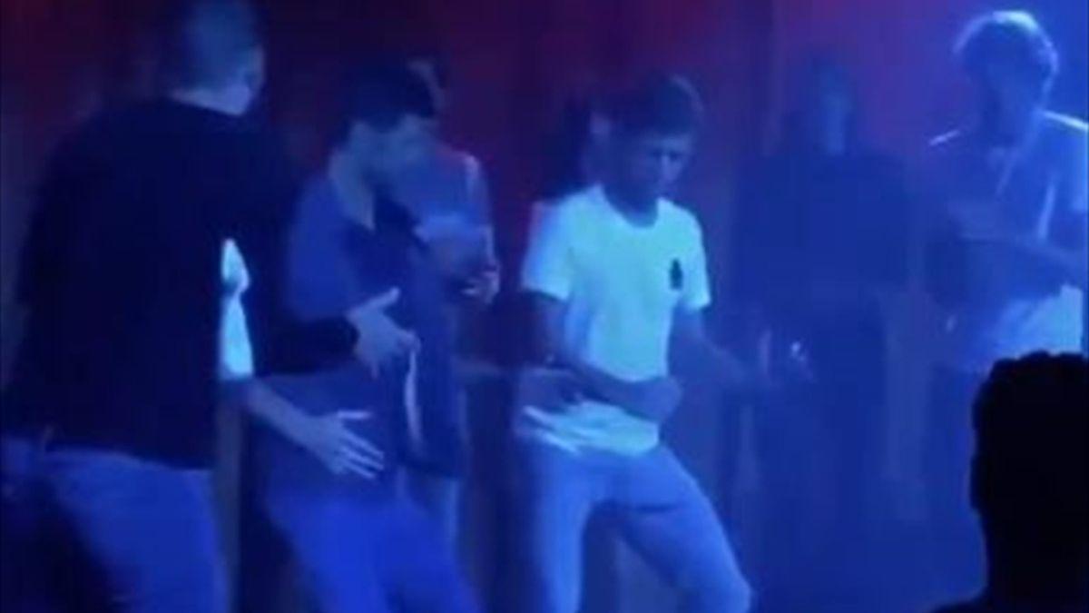 Djokovic bailando con los tenistas tras el Adria Tour
