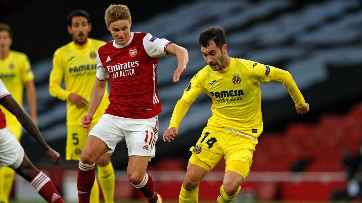 Villarreal's Spanish midfielder Manuel Trigueros Munoz (R) turns away from Arsenal's Norwegian midfielder Martin Odegaard