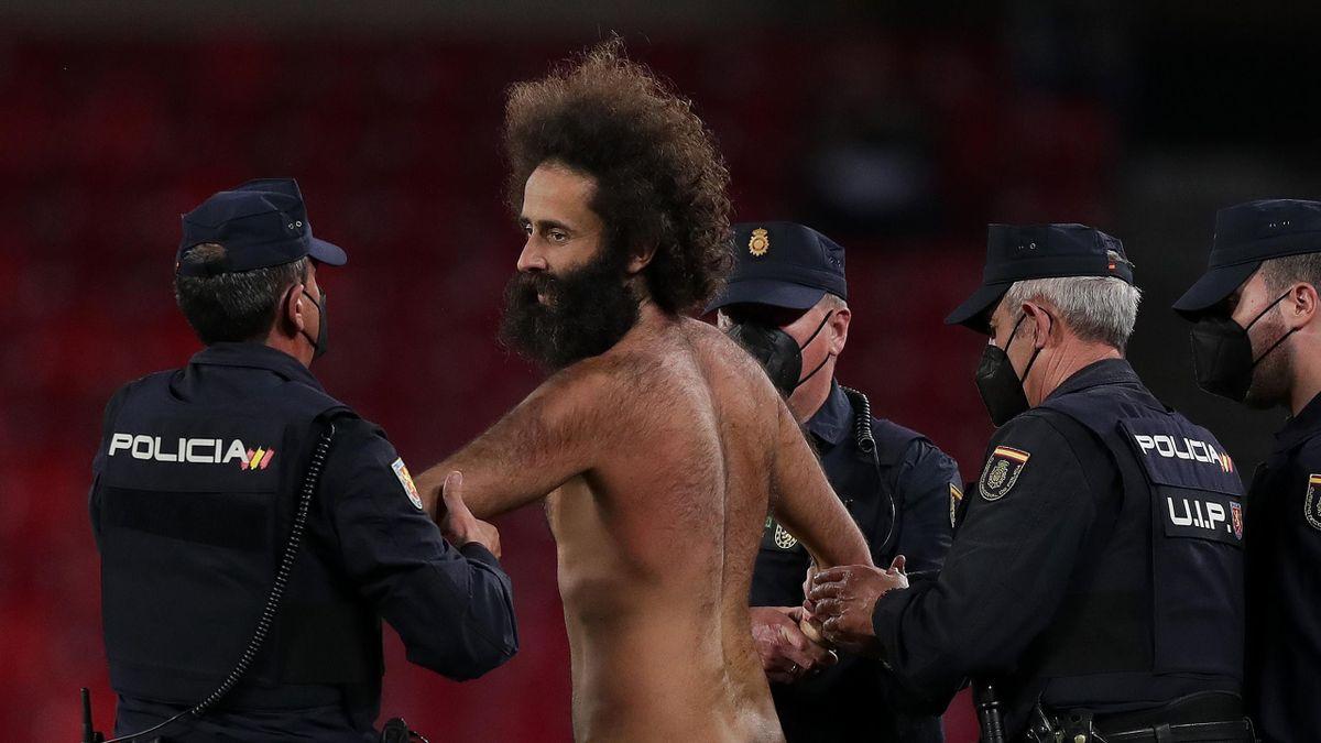 Flitzer beim Europa-League-Spiel zwischen dem FC Granada und Manchester United