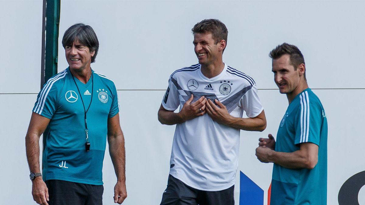 Bundestraimer Joachim Löw (l.), Thomas Müller (mitte) und Miroslav Klose (r.)