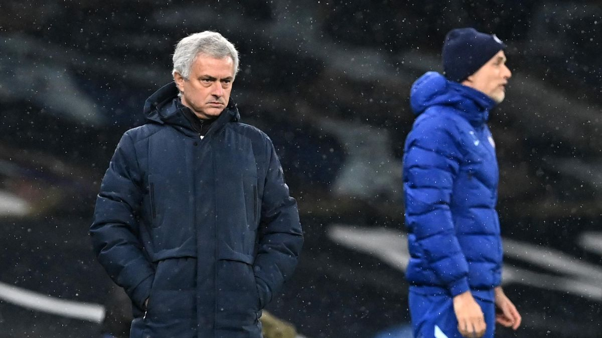 José Mourinho sotto la pioggia mentre prova a sprontare il suo Tottenham contro il Chelsea, Premier League 2020-21, Getty Images